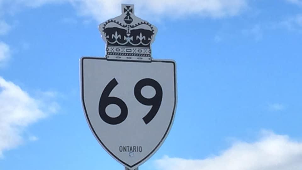 Un panneau de signalisation de la route 69.