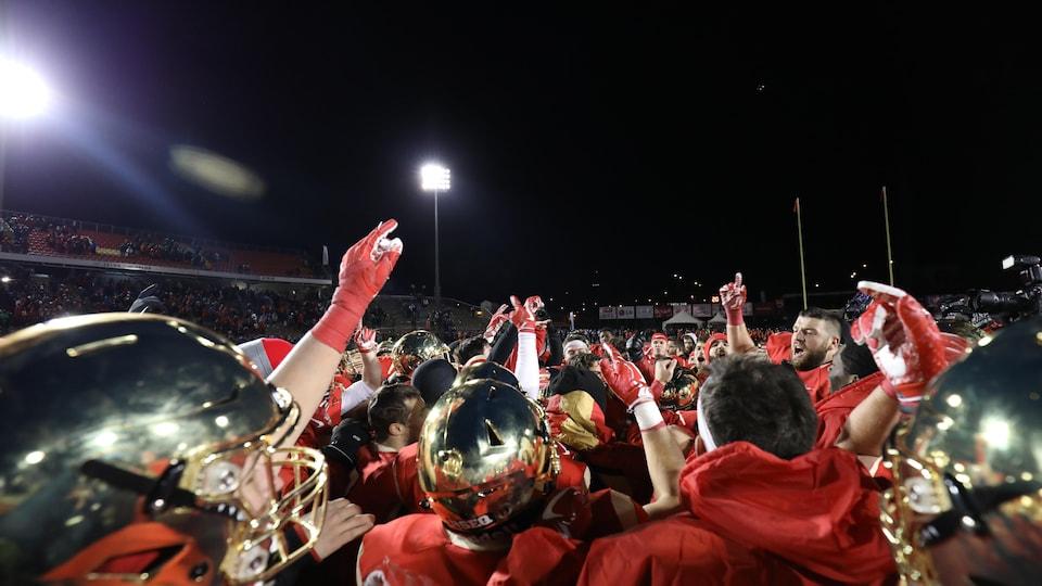 Les joueurs du Rouge et Or célèbrent leur victoire.