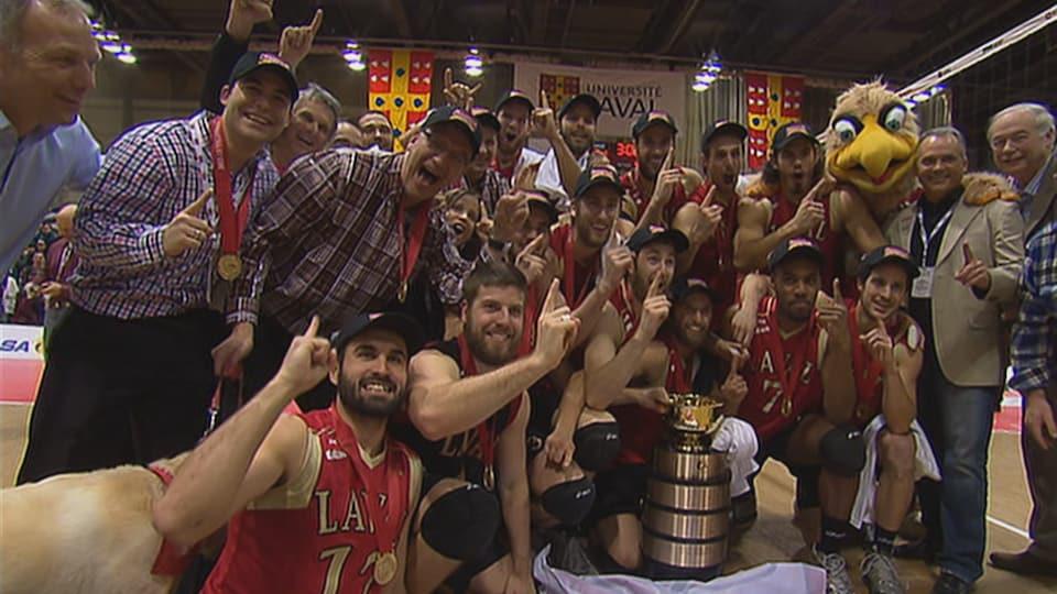 Les joueurs de l'équipe de volleyball du Rouge et Or de l'Université Laval célèbrent l'obtention du titre de champion canadien universitaire en mars 2013