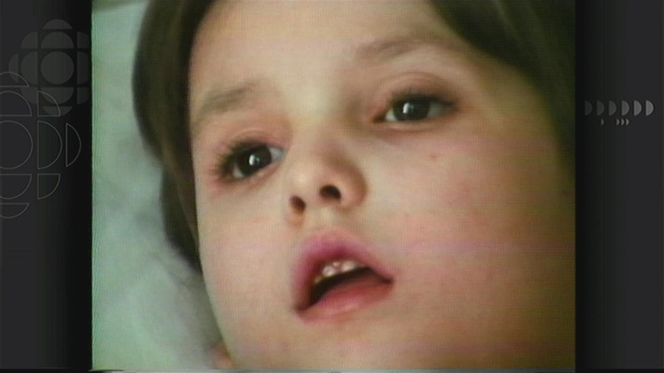 Le visage de l'enfant, absent.