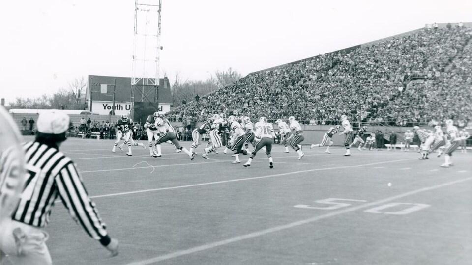 Une photo en noir et blanc d'un match de football.