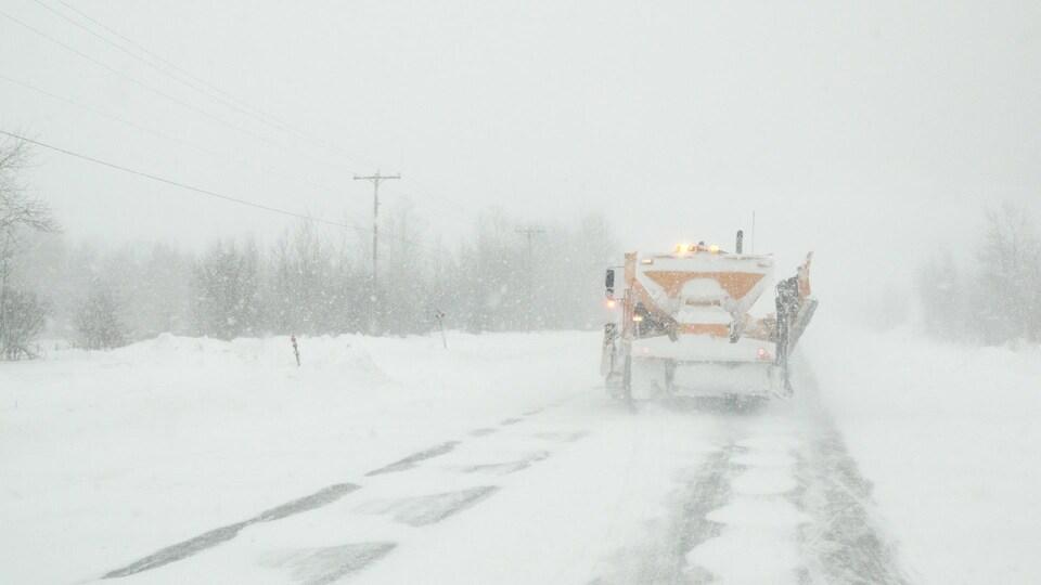 Une déneigeuse sur la route 132, en pleine tempête