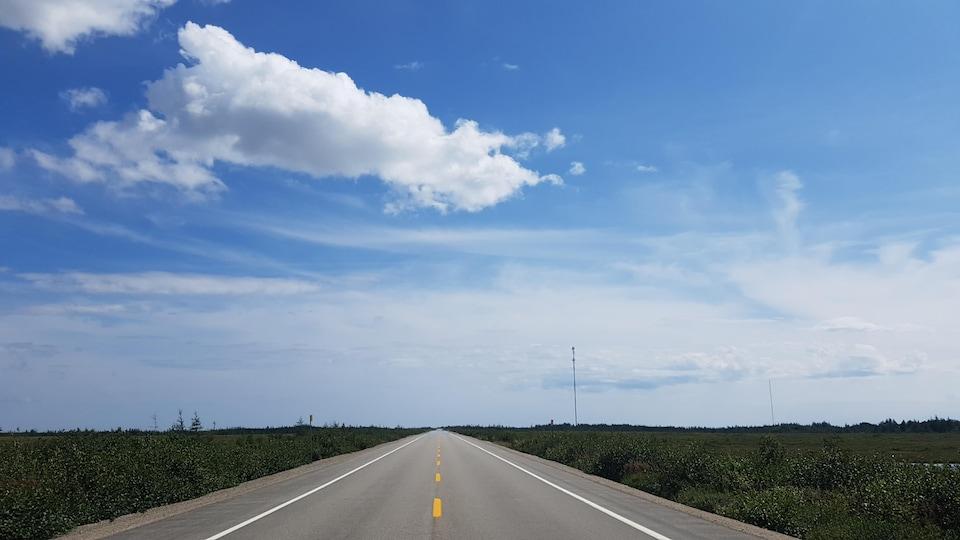La route 138, sur la Côte-Nord, un jour ensoleillé.