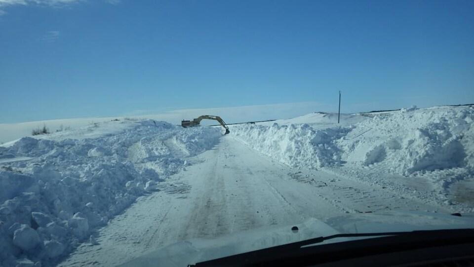 Un segment de la route 138 a dû être ouvert à la pelle mécanique avant que les déneigeuses puissent faire leur travail, puisqu'il y avait trop de neige