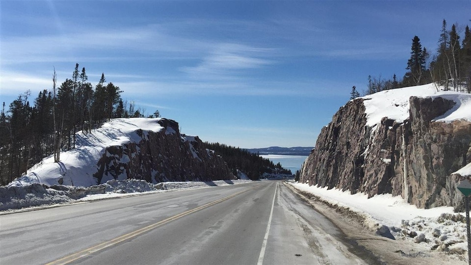 La route 17 dans le nord de l'Ontario entre Nipigon et Terrace Bay.