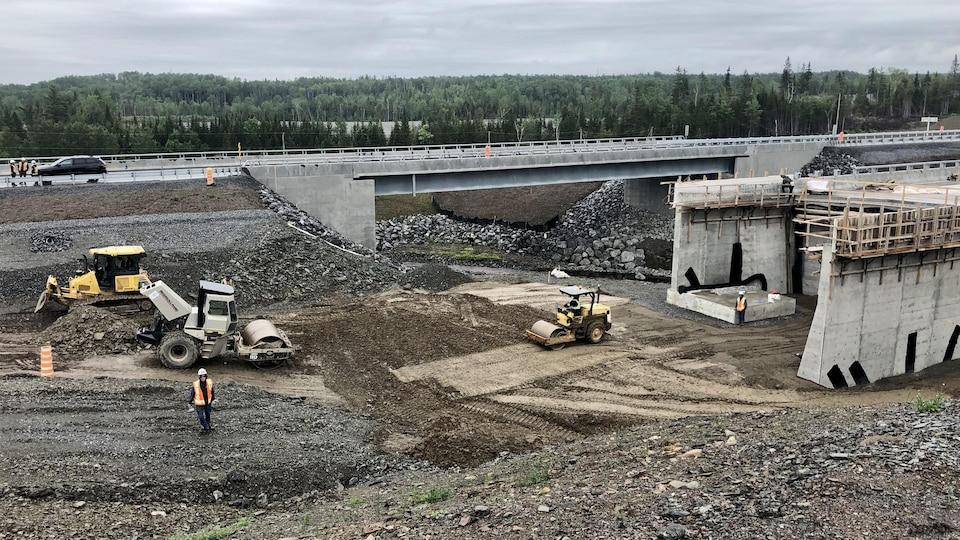 Une autoroute en construction.