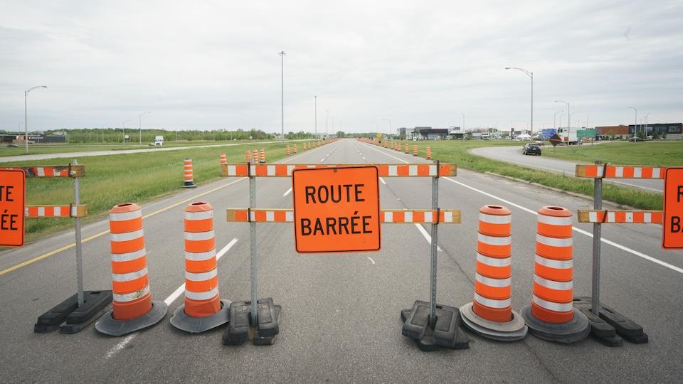 Un barrage bloque l'accès à une route.