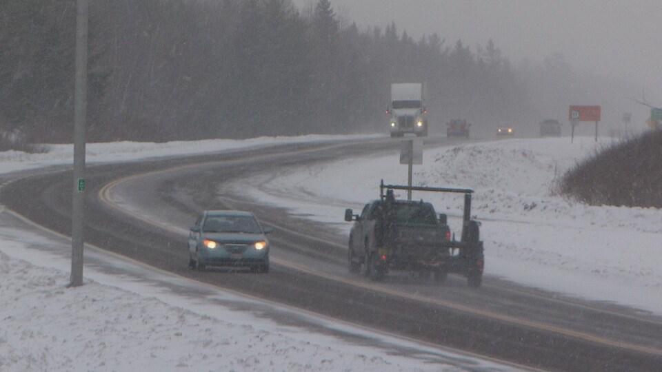 Les automobilistes qui vont vers le nord croisent ceux qui vont vers le sud sur la route 11.
