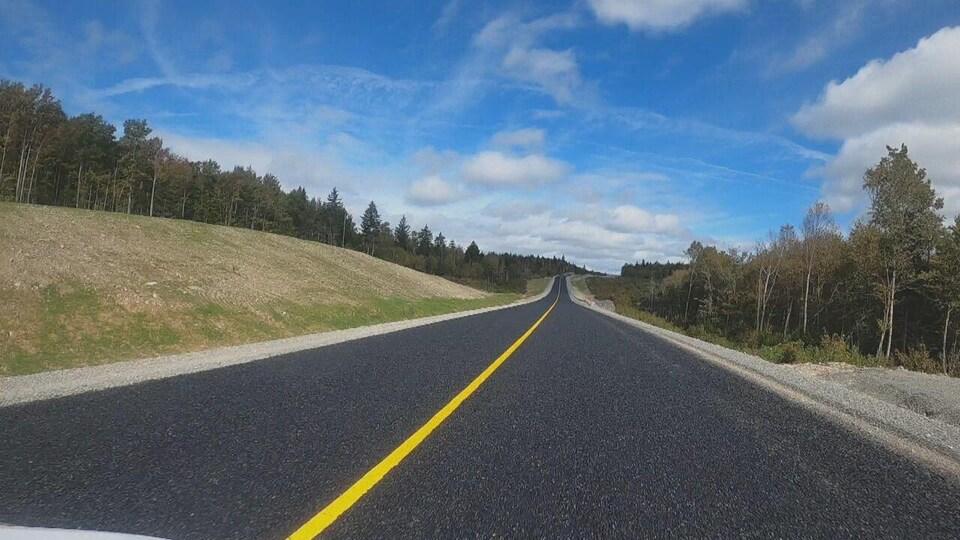 Une route de béton nouvellement faite.