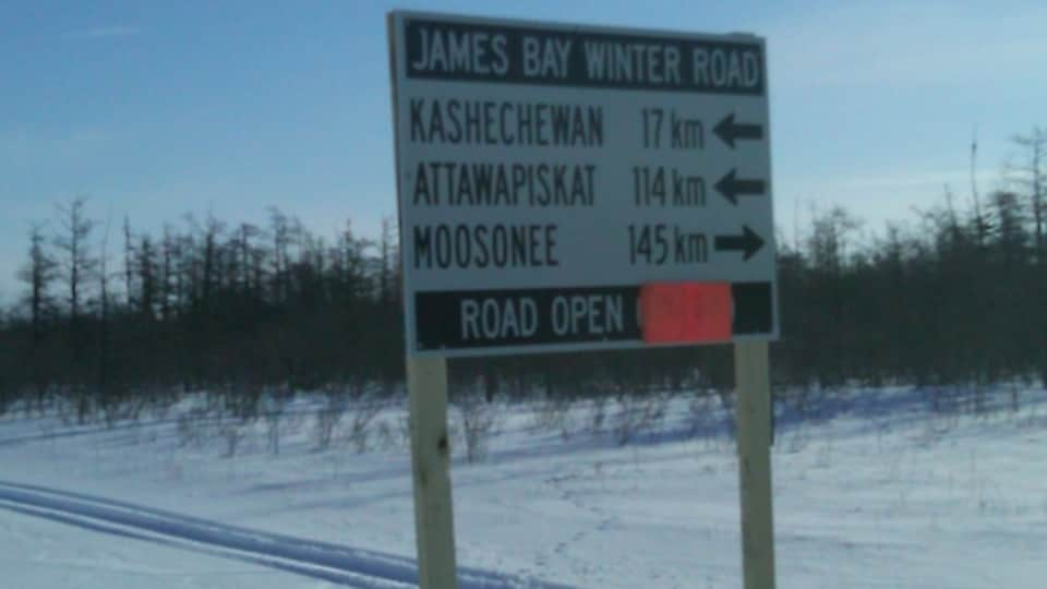 Pancarte sur la route de glace de la côte ouest de la Baie James montrant les disgtances entre diverses communautés autochtones