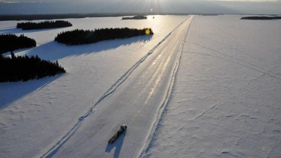 Une camion emprunte une route de glace.