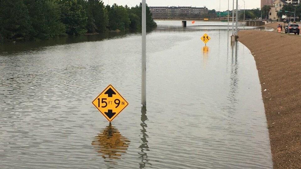 Le niveau de l'eau atteint près de 4,5 mètres sur cette autoroute au centre-ville de Houston.