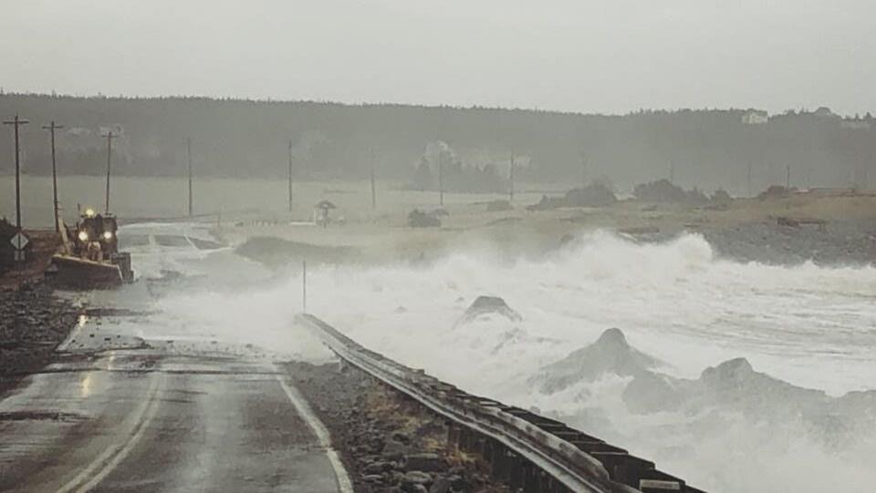 Une route inondée près de la plage de Lawrencetown, en Nouvelle-Écosse