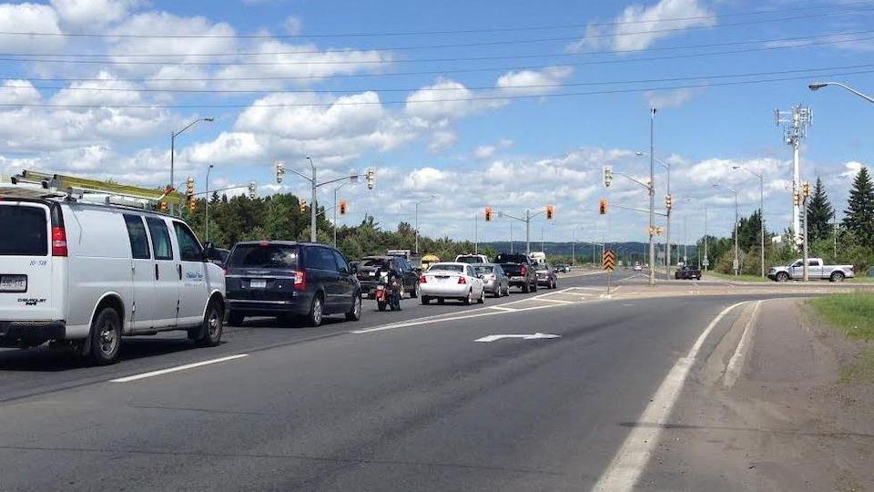 Des véhicules arrêtés à une intersection.