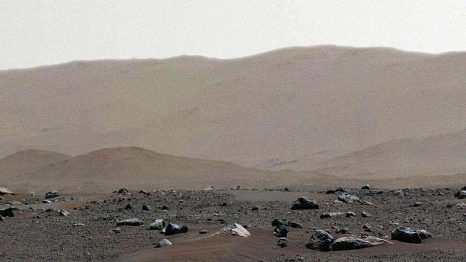 Une montagne brune désertique.