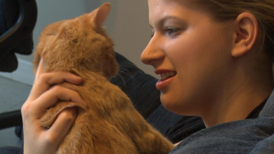 Une femme tenant un chat