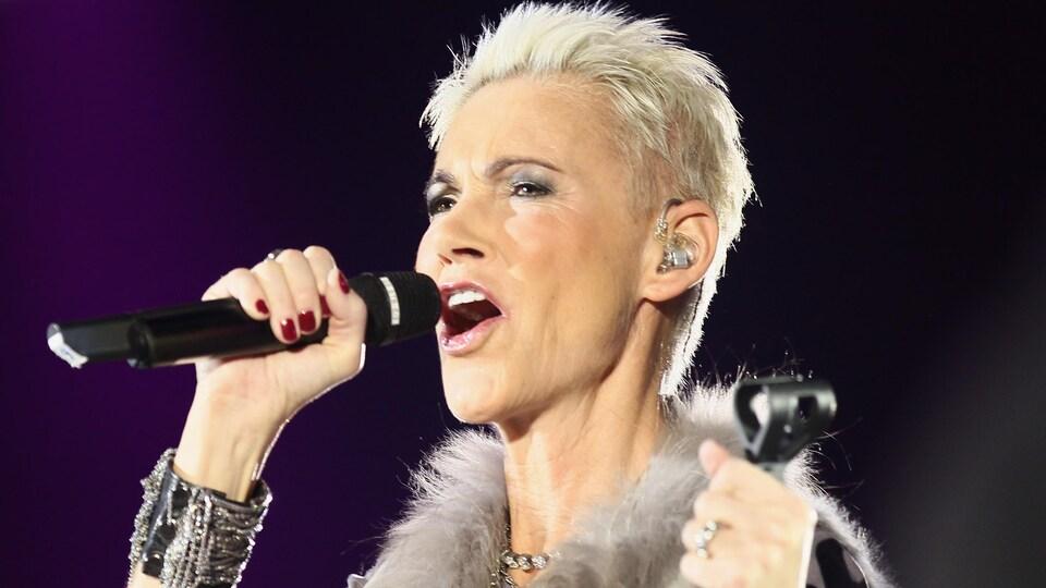 Marie Frederiksson, aux cheveux courts et blonds, chante.