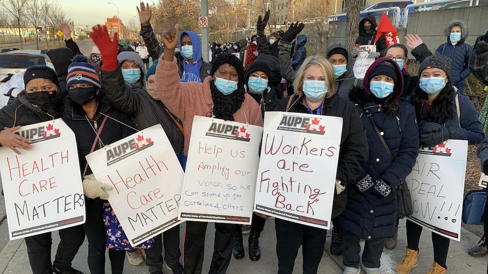 Des manifestants devant un hôpital.