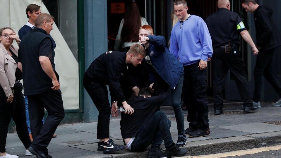 Des jeunes en apparence éméchés dans une rue du Royaume-Uni.