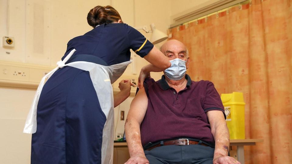 Un homme reçoit une dose de vaccin contre la COVID-19.