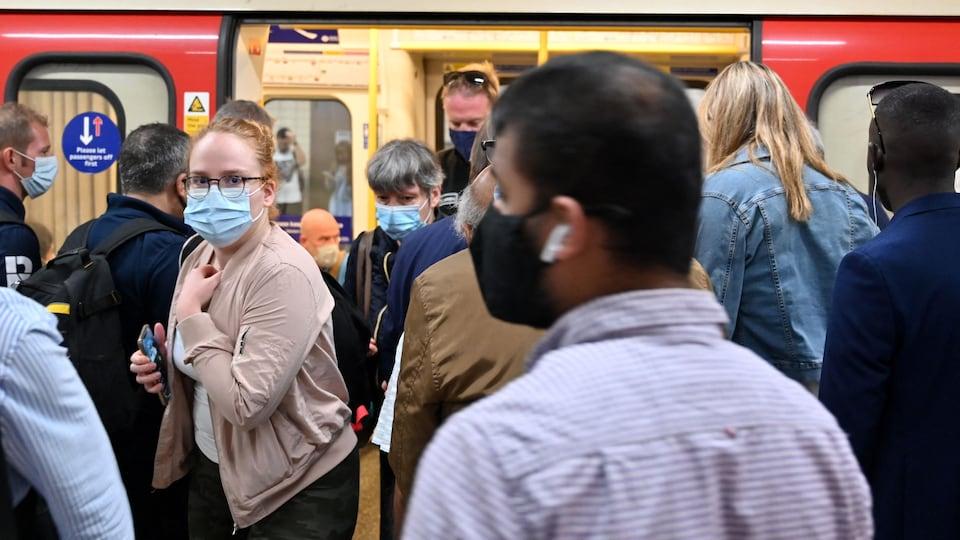 Des passagers dans le métro de Londres.