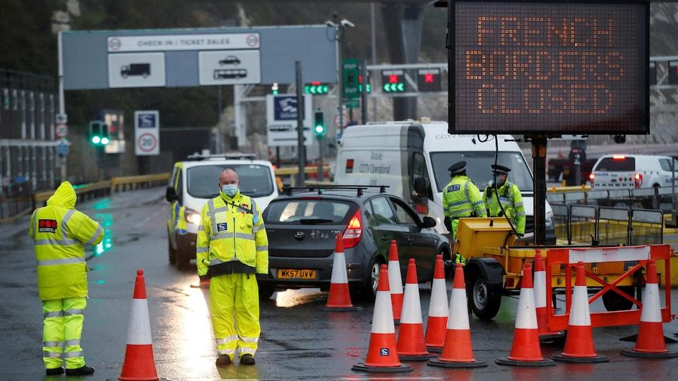 « Frontières françaises fermées », peut-on lire sur un panneau de signalisation, près duquel se trouvent des gardiens de sécurité.