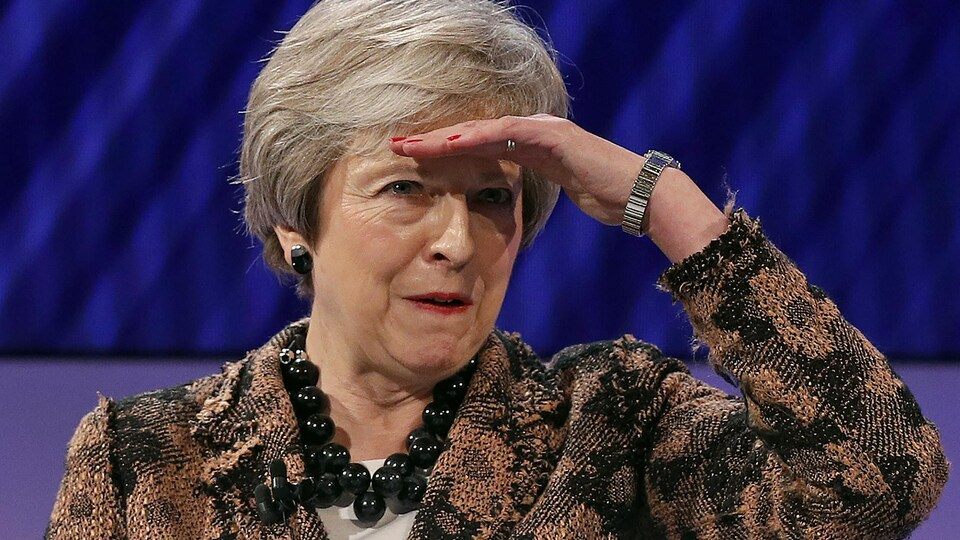 Theresa May regarde au loin.