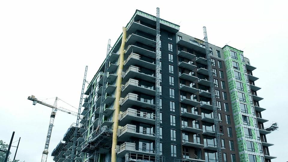 Un chantier de construction de plusieurs étages.