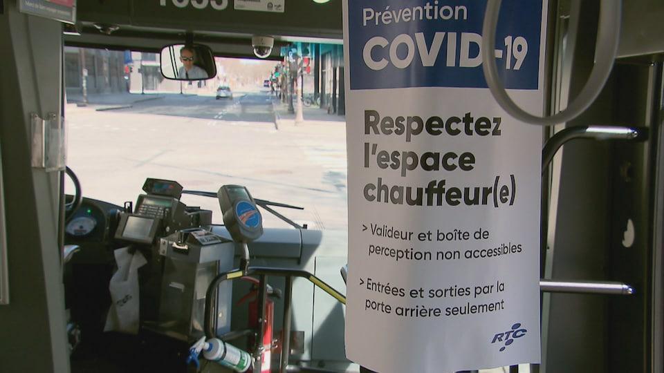 L'intérieur d'un autobus du Réseau de transport de la Capitale (RTC) avec une affiche qui indique des consignes en raison de la COVID-19.
