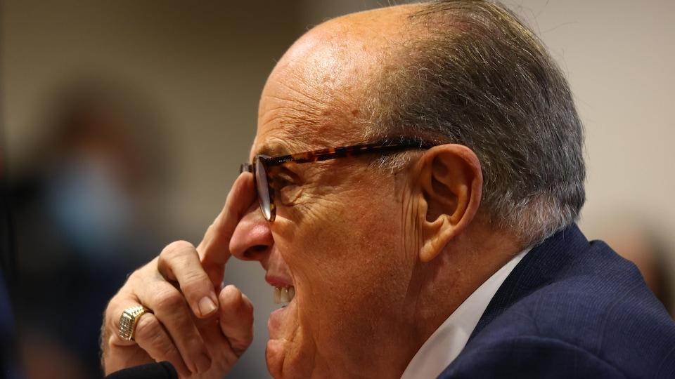 Rudy Giuliani grimace pendant une audience.