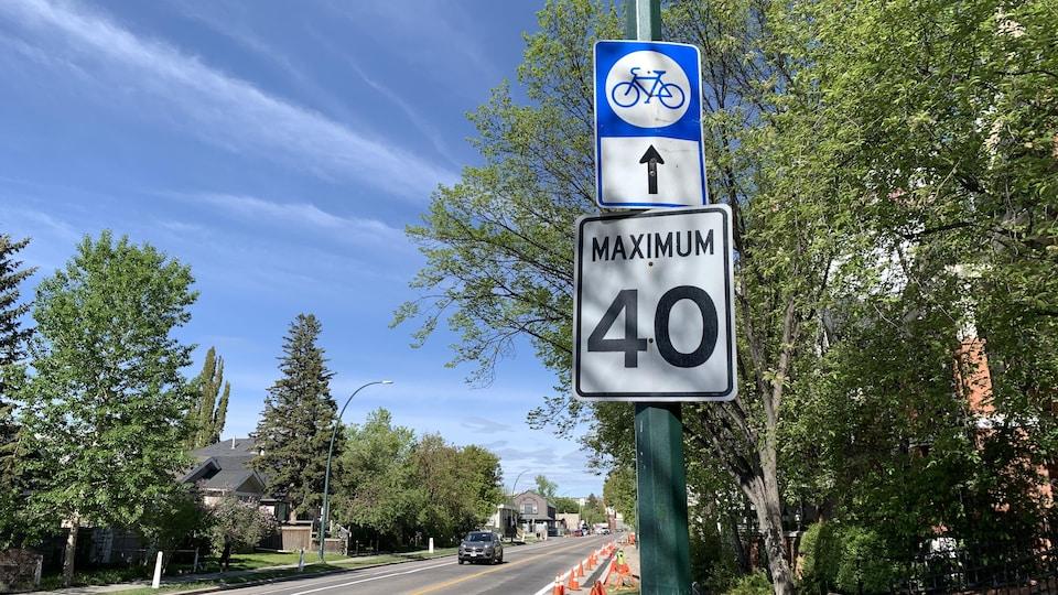 Une rue de Calgary avec un panneau 40 km/h maximum.
