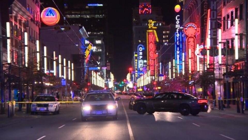 Des voitures de police en plein milieu de la rue Granville, dans le centre-ville de Vancouver.