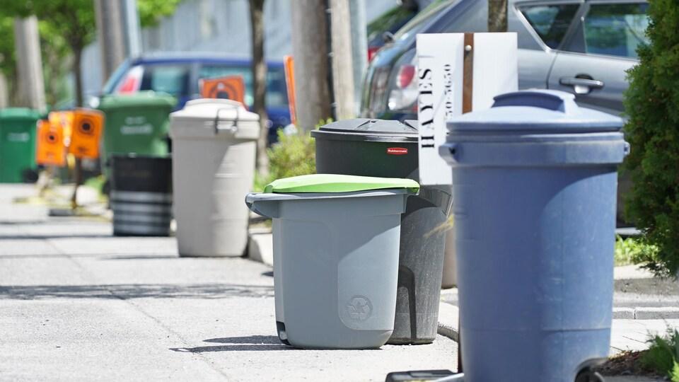 Des bacs de recyclage sur le trottoir
