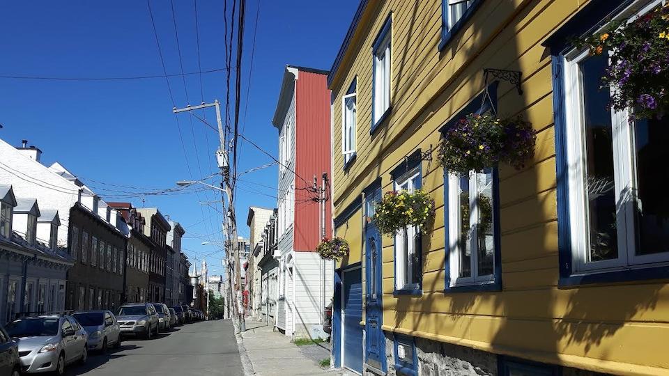 La rue Richelieu, dans le quartier Saint-Jean-Baptiste, photographiée en été. On aperçoit des immeubles résidentiels et des voitures stationnées en file.