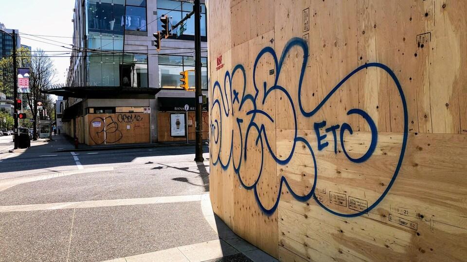 La rue Robson, artère commerciale en plein coeur du centre-ville de Vancouver, désertée en pleine pandémie.