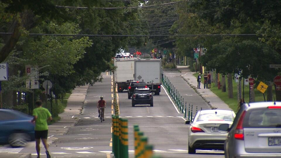 Les deux pistes cyclables sur la voie de la rue Bellechasse, à Montréal.