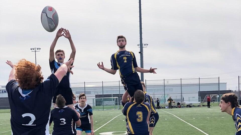 Des joueurs de rugby exécutent un jeu.