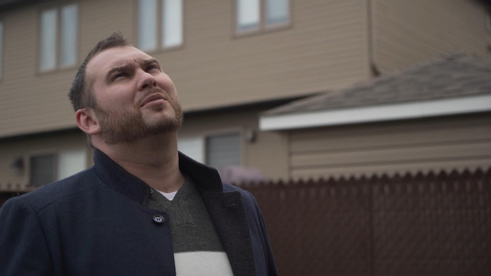 Denis Ilyayev regarde le ciel.