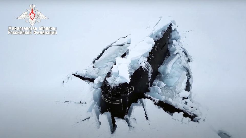 Un sous-marin russe dans la glace arctique.