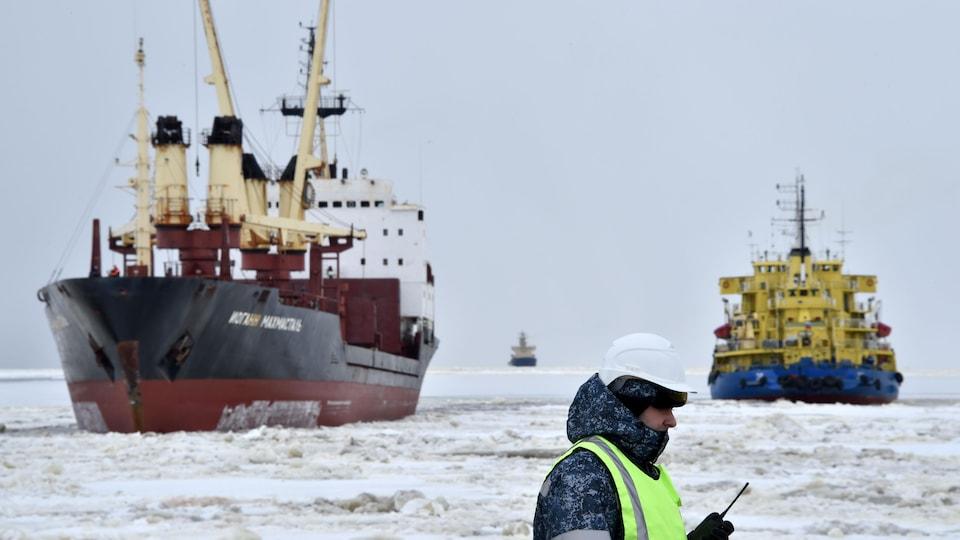 Un brise-glace au port de Sabetta dans le Grand Nord russe près d'un projet de liquéfaction de gaz en construction