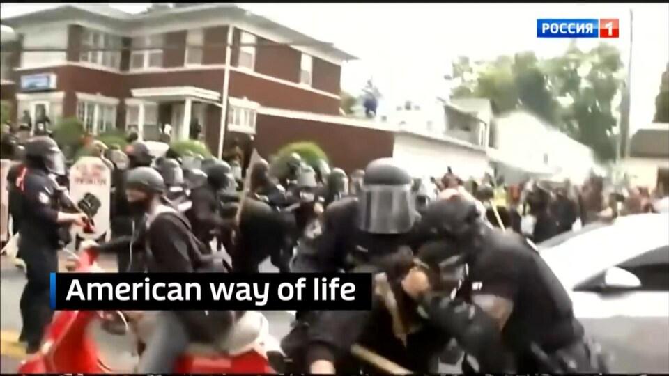 Capture d'écran d'images montrant des policiers s'en prendre à des manifestants. En surimpression, est écrit «American way of life ».
