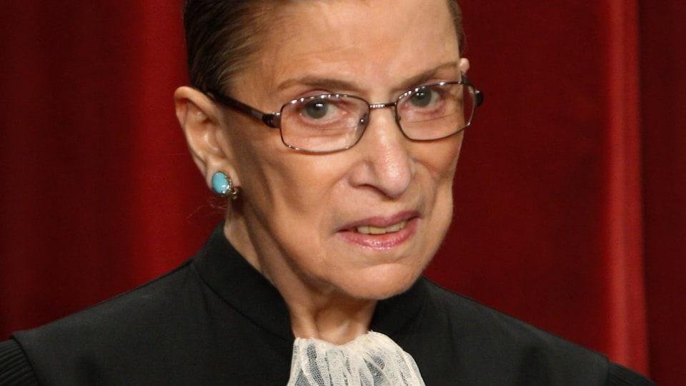 Ruth Bader Ginsburg en toge avec un air sérieux.