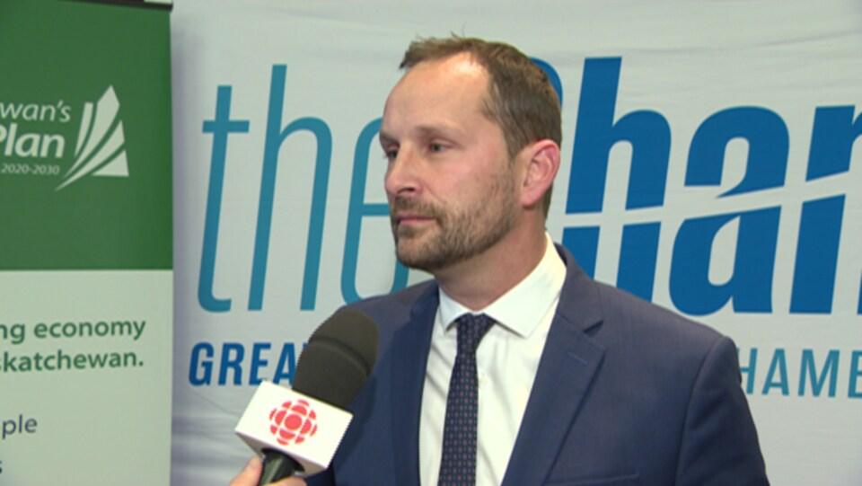 Gros plan sur le visage de Ryan Meili qui répond aux questions du journaliste.