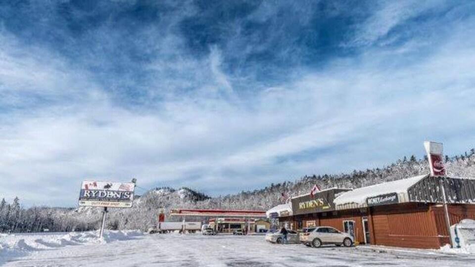 Le magasin Ryden's Border Store près de la frontière canadienne en hiver.