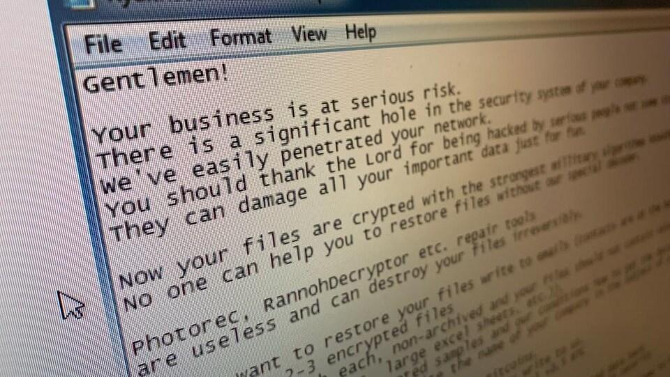 On peut lire, en anglais, un message laissé par un rançongiciel, demandant un paiement pour avoir accès à des documents, sous menace de les effacer de manière permanente.