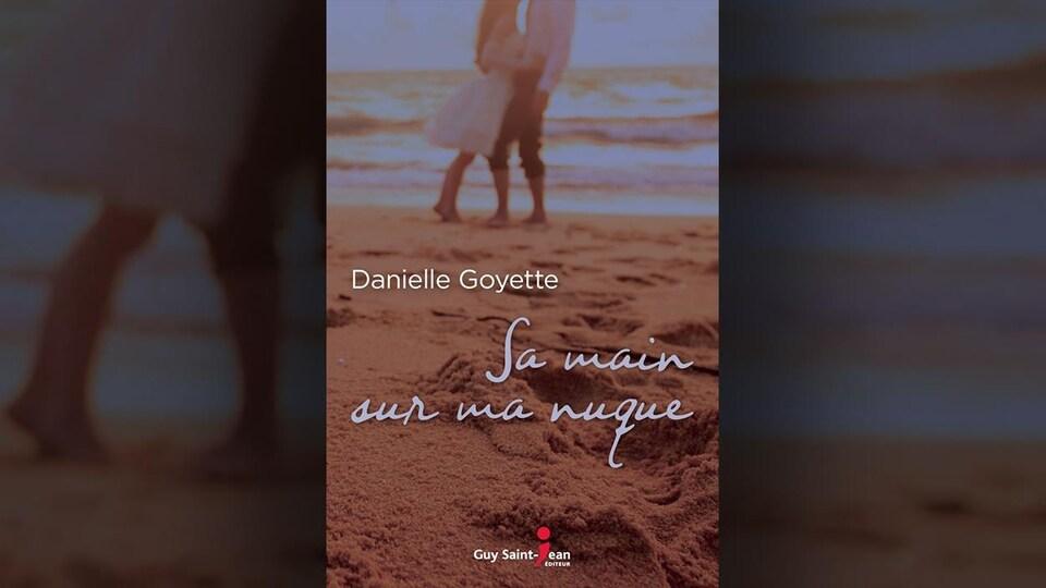 Un couple et des traces de pas sur une plage sur la page couverture.