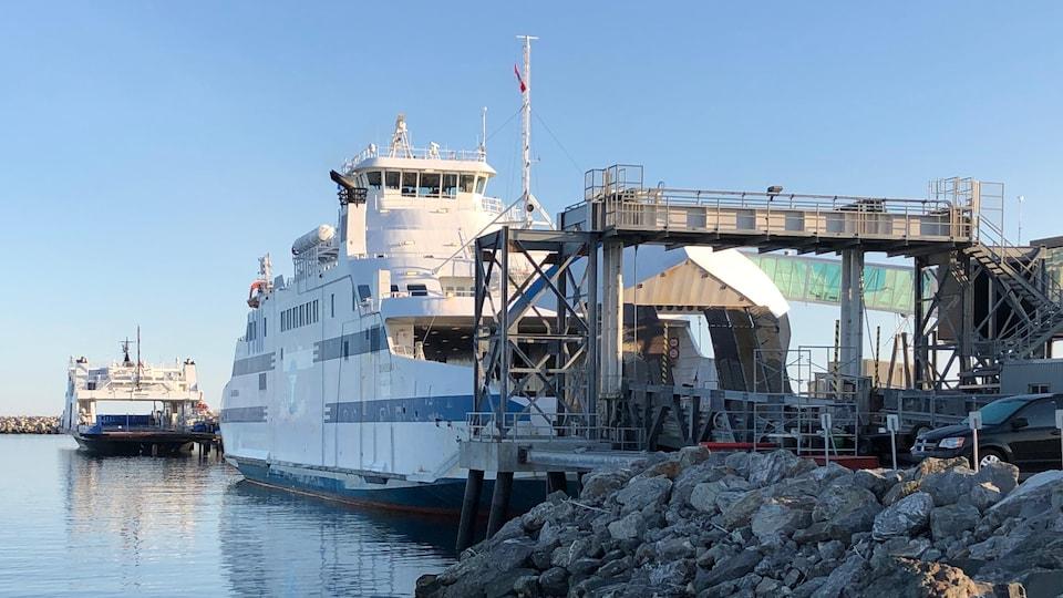 Le Saaremaa accosté à un port.
