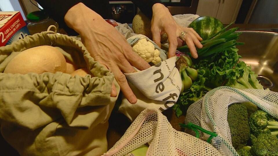 Des fruits et des légumes dans des sacs.