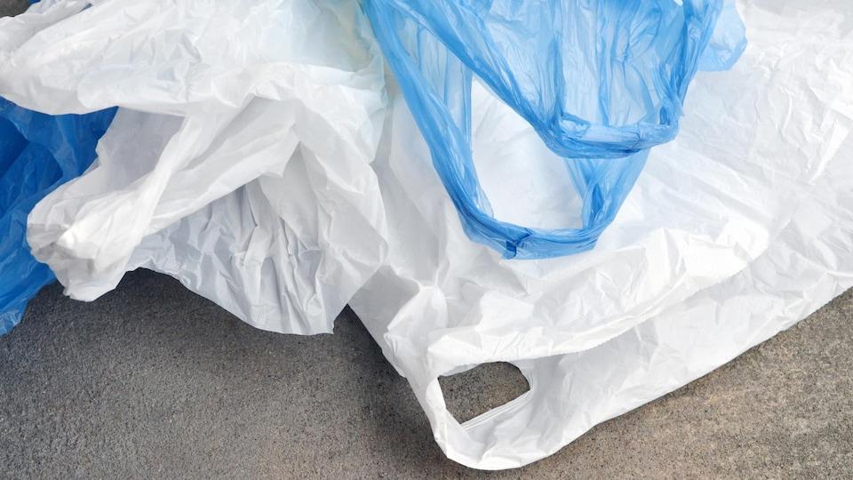 Des sacs en plastique sur le sol.