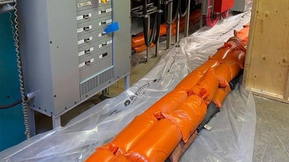 Des sacs de sable dans une centrale hydroélectrique.